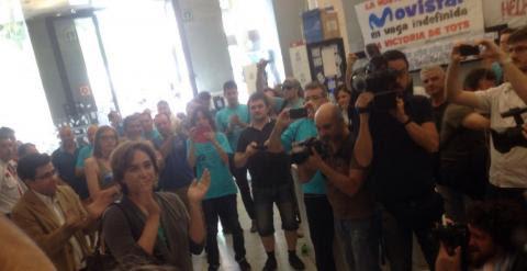Ada Colau con Gerardo Pizzarello, apoyando a los trabajadores subcontratados de Telefónica en la sede del Mobile World Centre de la plaza Cataluña de Barcelona.