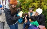 Voluntària ajudant a persones refugiades. Font: Youtube