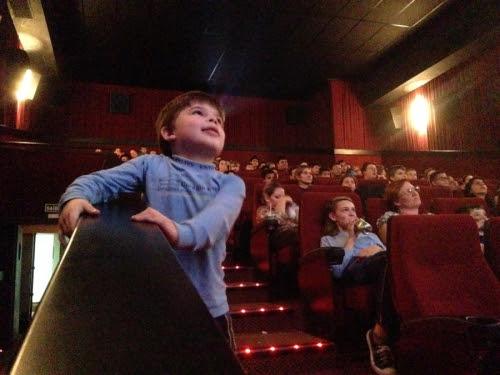Reações inesperadas de uma criança com autismo podem incomodar pessoas numa sessão de cinema que não compreendem esse tipo de comportamento