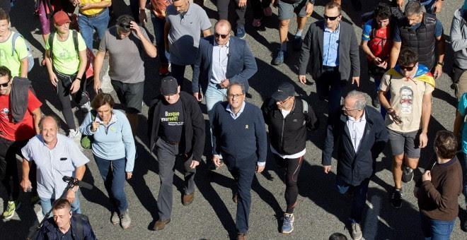 16/10/2019.- El presidente de la Generalitat de Catalunya, Quim Torra (c), y el exlehendakari Juan José Ibarretxe (3i), durante el recorrido por la AP-7 desde Girona de una de las 'marchas por la libertad'. / EFE