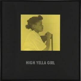 Garota alta de Yella de pessoas coloridas