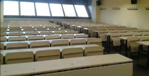 Foto de la facultad de Ciencias de la Información de la Complutense con decenas de clases vacías