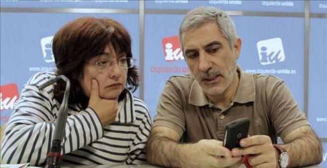 Los portavoces de Izquierda Abierta, el partido integrado en IU, Montserrat Muñoz y Gaspar Llamazares.- EFE