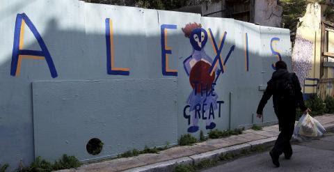 """Un hombre pasa cerca de un muro pintado con un grafiti en el que se lee: """"Alexis el Magnífico"""", en referencia al primer ministro griego, Alexis Tsipras, y sus negociaciones con el Eurogrupo. EFE"""