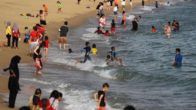 Pessoas nadam em uma praia no East Coast Park em 25 de dezembro de 2020 em Cingapura.