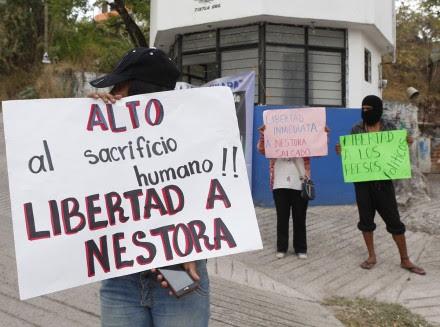 Integrantes de la CRAC exigen la liberación de Nestora Salgado. Foto: Germán Canseco
