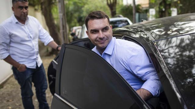 Juiz suspende investigação contra ex-assessor de Flávio Bolsonaro